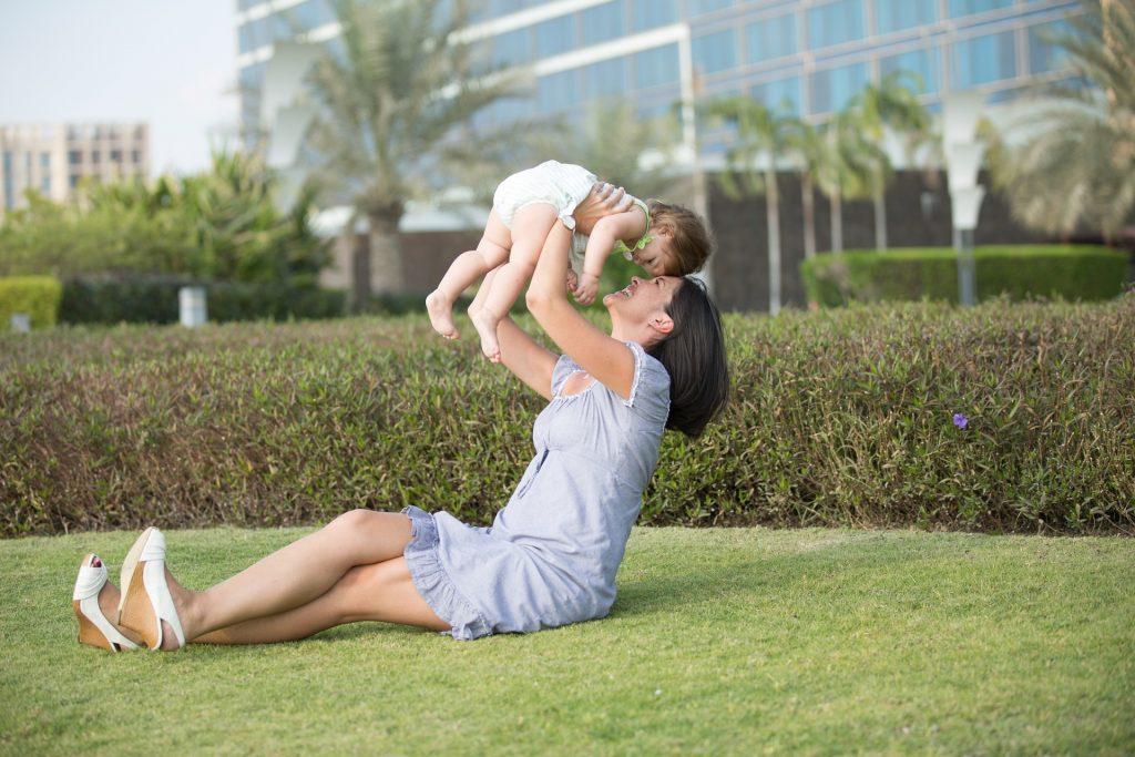 Когда малыш держится за мамину  грудь